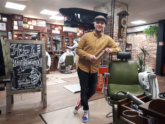 Eigenaar Joep Arts (26) in het nieuwe deel van barbierszaak Kei Scherp