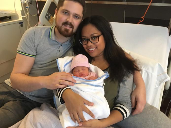 Vader Job. moeder Kirsten én babydochter Fayèn zijn alle drie op 7 januari geboren.