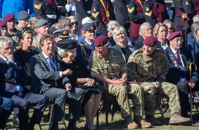 Burgemeester René Verhulst, prinses Beatrix en prins Charles hebben een ontspannen moment in Ede.
