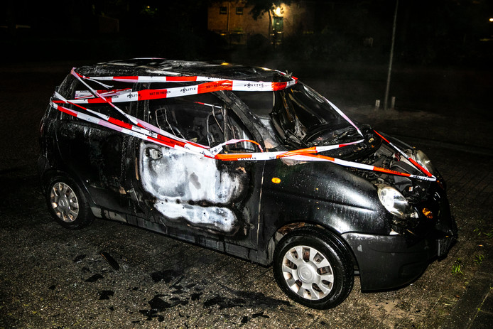 De auto is volledig verwoest door de vlammen.