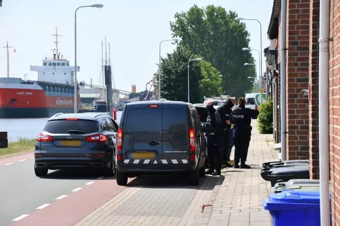 De politie-inval bij de woning aan de Kanaalweg in Sluiskil op 26 mei.