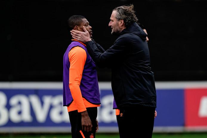 René Eijkelkamp stond afgelopen week voor het eerst op het veld als assistent-trainer. Spelers voorzien van technisch advies en vertrouwen geven; dat is waar het orakel uit Dalfsen goed in is. Hier spreekt hij verdediger Denzel Dumfries moed in.
