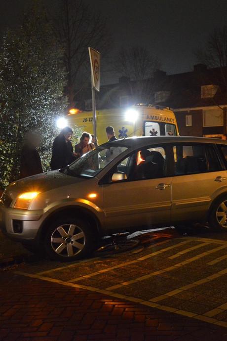 Man doet wat vijf mensen voor hem niet lukt: tilt auto op om vastzittende jongen te bevrijden na botsing
