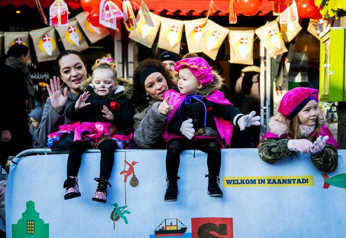 Toeschouwers langs de route in Zaanstad voor de landelijke intocht van Sinterklaas