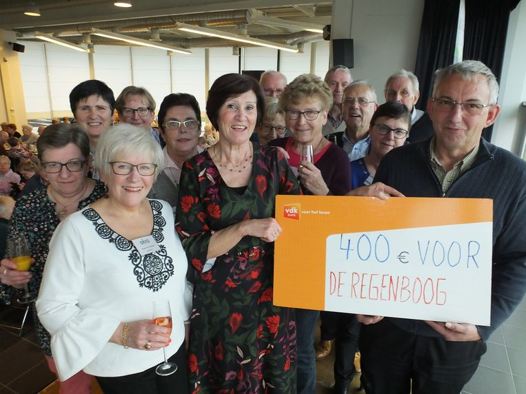 Het bestuur van OKRA Deinze Centrum en Petegem met Johan Van Heirzeele van vzw De Regenboog.