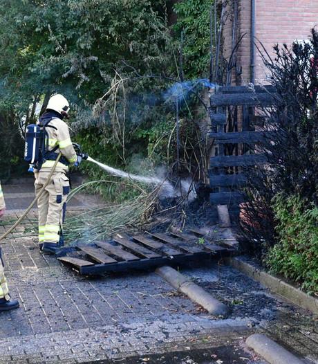 Slecht afgedekte barbecue zorgt voor korte felle brand in coniferenhaag