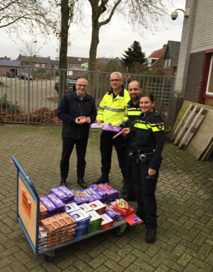 De wijkagenten overhandigden een groot deel van de buit aan de voedselbank Raalte.