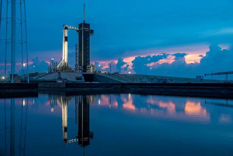De Falcon 9-raket en Crew Dragon op het historische lanceerplatform 39A van Nasa in Florida. Vanaf hier vertrekt de tweekoppige bemanning vanavond, 22.33 uur Nederlandse tijd, richting het internationale ruimtestation ISS. Beeld SpaceX