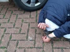 Man in badjas gezien? Politie Zutphen zoekt verdachten woningoverval in opvallende kleding