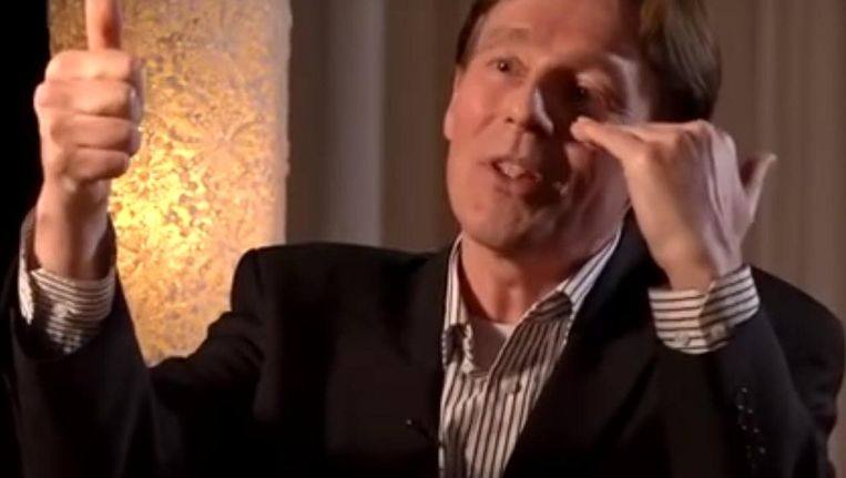 Ronald Bernard in het filmpje op YouTube. Beeld YouTube