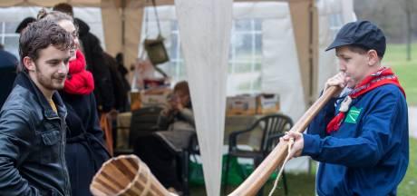 Geblaas in Rhenen: talloze bezoekers wagen een poging op de midwinterhoorn