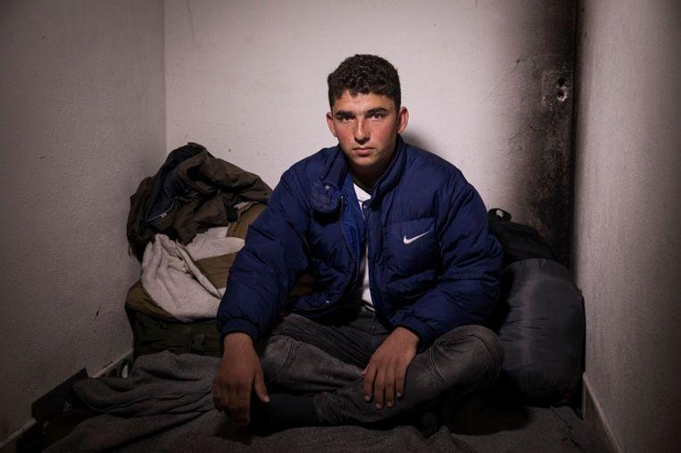 Sami, 17, Kobani, Syrië. Sami vluchtte vijf jaar geleden met zijn ouders vanuit Syrië naar Turkije. Hij werkte er als knechtje in een distributiecentrum, waar hij dagen van 17 uur maakte. Toen hij ziek werd van het werk, besloot hij naar Europa door te reizen. Zijn reis leidde o.a via de nieuwe, gevaarlijke route door de bergen van Montenegro. 'De bergen zijn daar zo stijl als een muur,' vertelt Sami. Hij kent de gevaren van de volgende 'etappe' op zijn reis. Toch heeft hij er vertrouwen in dat hij het haalt. 'GPS is onze vader en moeder geworden.' Hij wil het liefst naar Noorwegen. Beeld