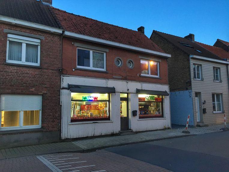 De nachtwinkel is gelegen langs de Groenestraat, pal in de dorpskern van Zedelgem.
