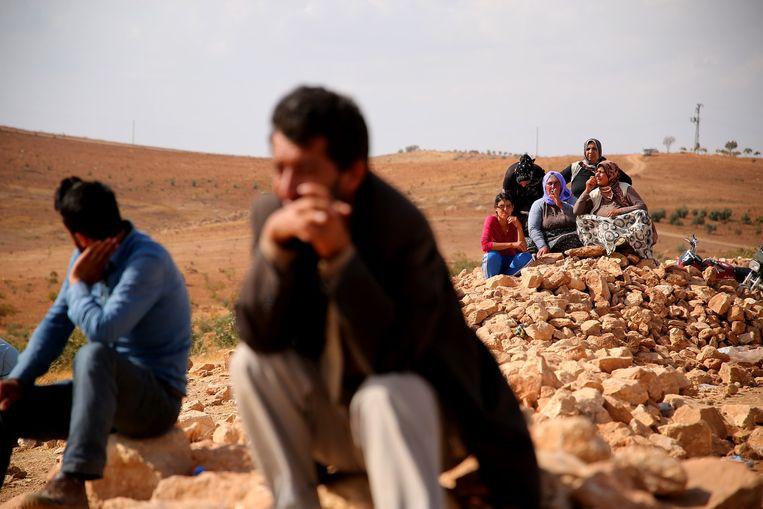 Koerdische Turken bekijken de gevechten tussen IS en Koerdische strijders, aan de andere kant van de grens.