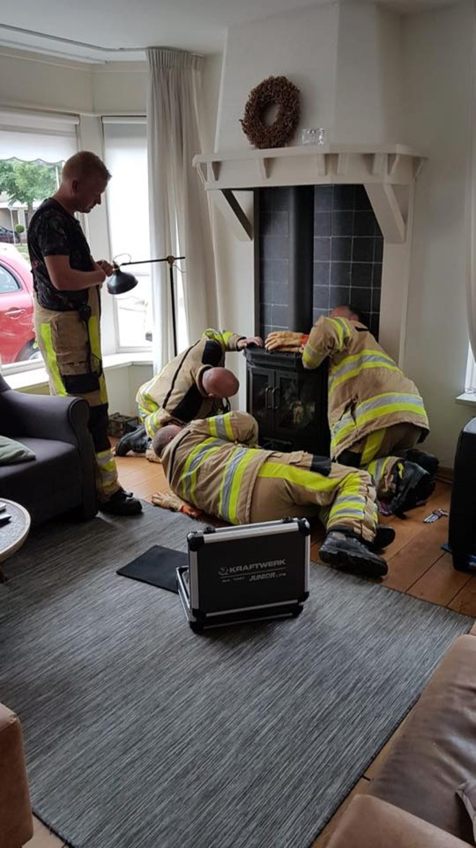 Nog nooit eerder heeft de brandweer in de regio IJsselland een kat uit een gaskachel moeten bevrijden