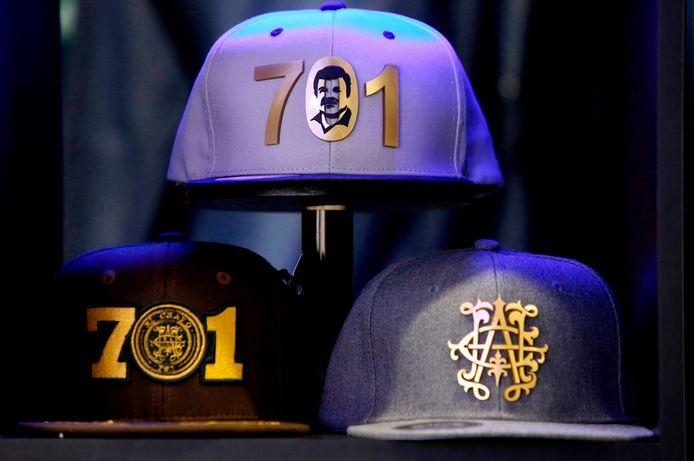 Caps van het merk 'El Chapo 701', dat onder meer kleding, drank en sieraden op de markt breng.