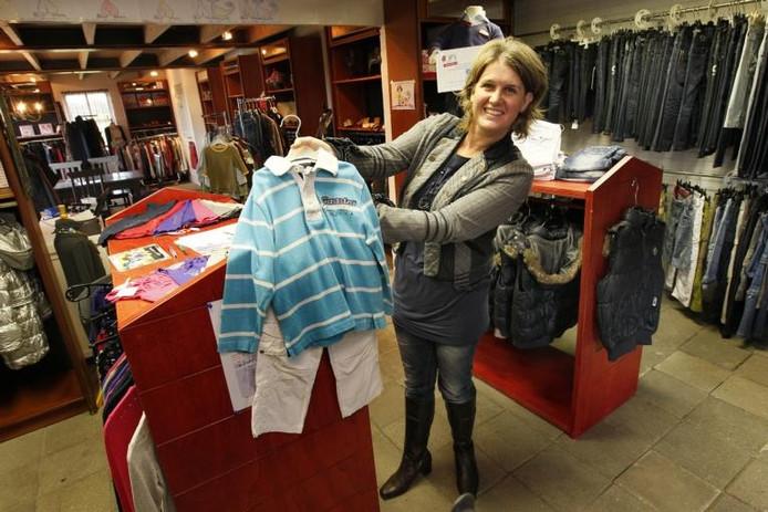 84b4cf334e3 Eljo van Zetten verkoopt tweedehands kleding vanuit haar webwinkels aan de  Kerkweg in Oene. foto