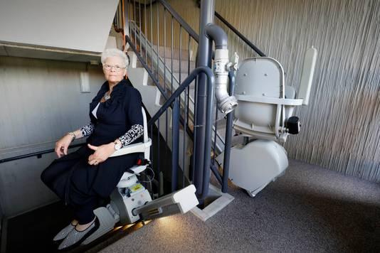 Mevrouw Charlotte Kersten maakt gebruik van de noodlift.