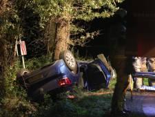 Auto vliegt uit de bocht in Losser, 2 gewonden