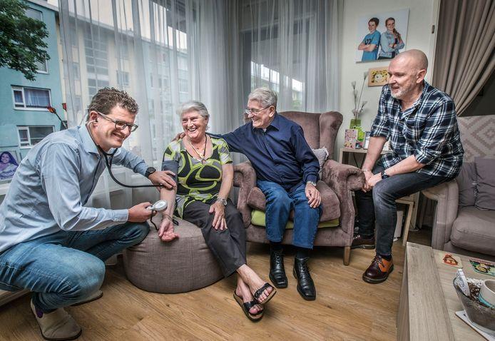 Doktersbezoek aan huis. v.l.n.r. Diederik Leerentveld, Dicky, Bep de Konink, Piet Vos. ( Den Haag 09-07-20 ) Foto:Frank Jansen