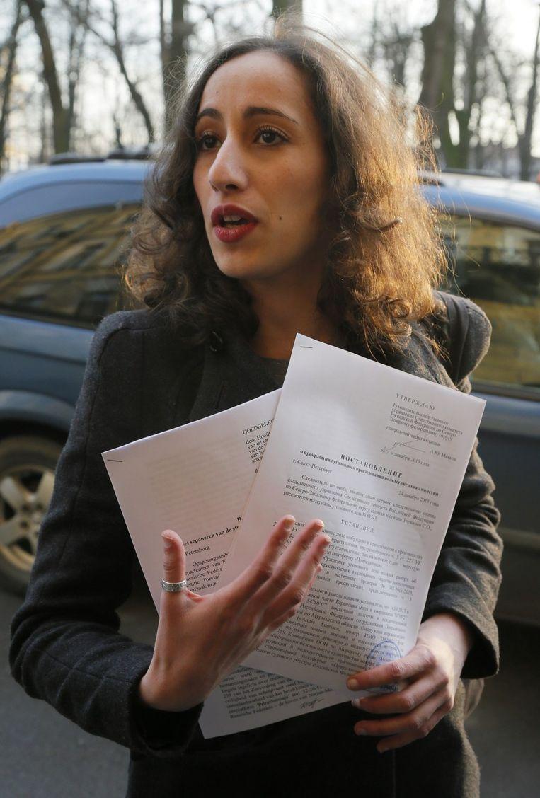 Activiste Faiza Oulahsen met haar uitreispapieren. Beeld ap
