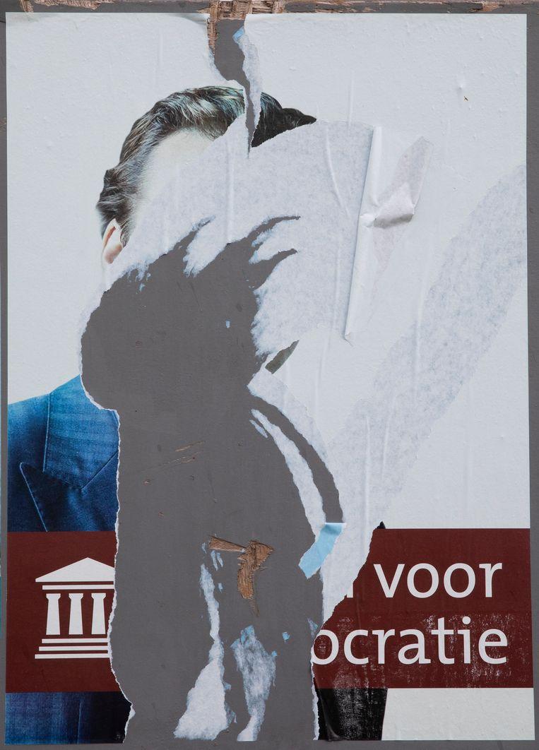 Een deels weg gescheurd verkiezingsaffiche van Forum voor Democratie op een verkiezingsbord in Zeeland. Beeld Hollandse Hoogte / Theo Audenaerd