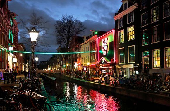 De rosse buurt  De Wallen in Amsterdam met rechtsmidden het beoogde doelwit Casa Rosso.