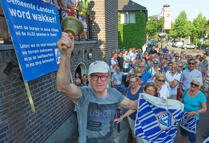 Demonstratie bij het raadhuis in Schaijk voor de komst van een Aldi in Reek.