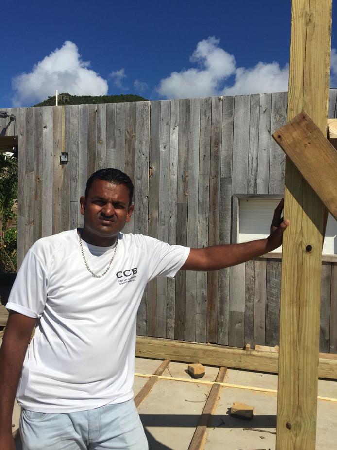 Aannemer Ronald Boodram van Custom Carpentry & Boat Works op Sint Maarten.