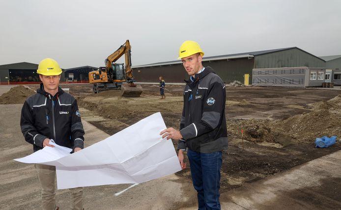 Directeur operations Collin Vonck (links) en facilitair manager Gertjan Vermue van Linex Prefab Daksystemen op de bouwplaats.