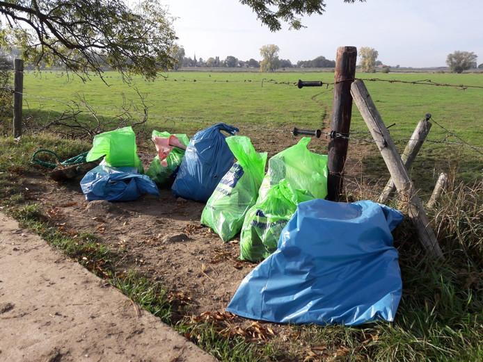 De oogst van een paar uur afval jutten in de uiterwaarden.