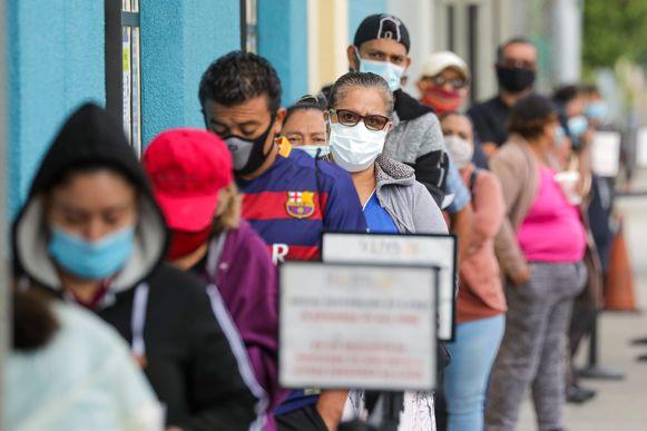 Mensen staan in Los Angeles in de rij om een coronatest te ondergaan.