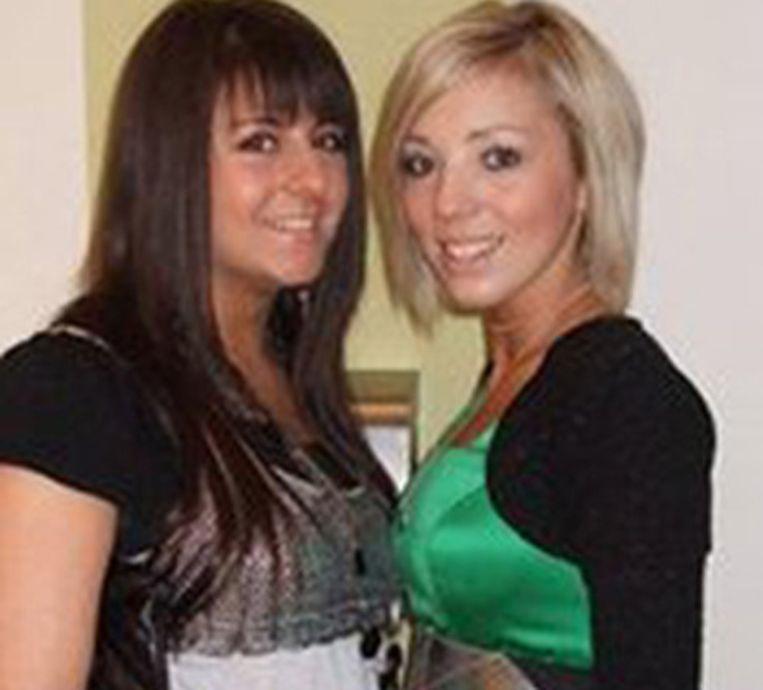 De blonde Katie Roach met Iolanda Di Maio, die als eerbetoon een Facebookpagina voor haar overleden vriendin opzette. Foto Facebook.