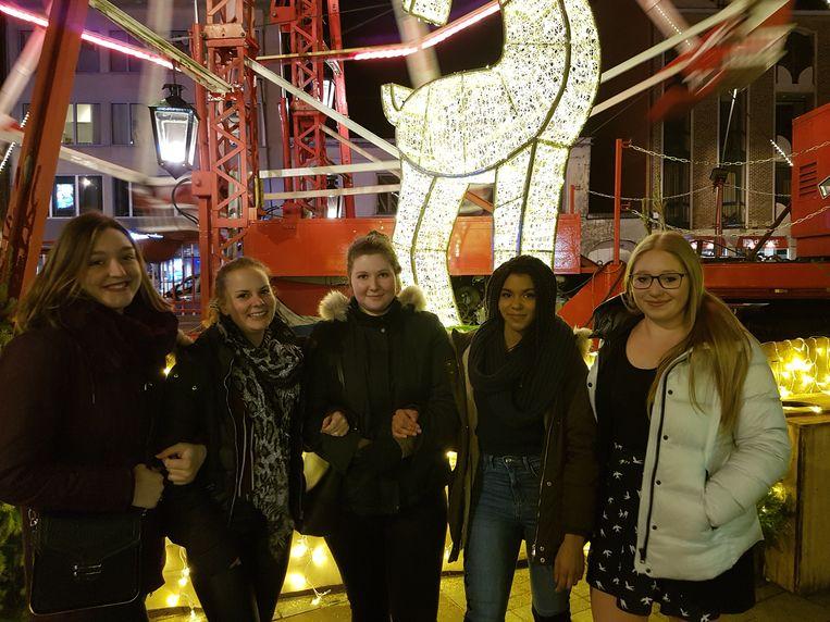 V.l.n.r.: vriendinnen Stephanie Leyers, Sarah Schepers, Frauke Ruts, Camilla Victoria da Silva en Leonie Willems.