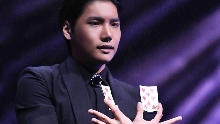 De subtiele kaartgoochelaar Yu Ho-Jin zie je liever in een klein theater dan in AFAS live. Beeld Patrick Van Den Hanenberg