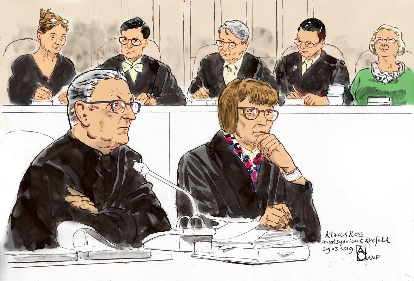 Rechtbanktekening van Klaus Ross (links). Hij hoeft niet de cel in voor de fouten die hij maakte.