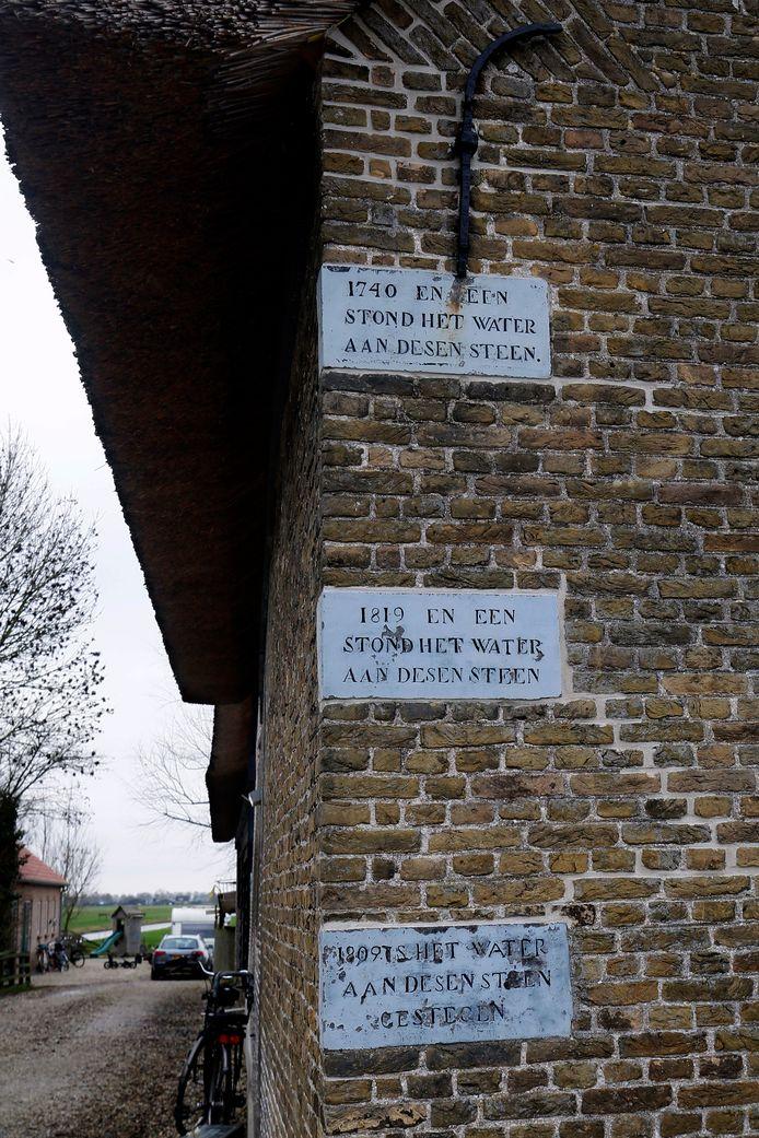 De historische strijd tegen het water is in Molenaarsgraaf nog altijd zichtbaar, zoals op deze stenen in de gevel van een boerderij. 'In 1740, stond het water aan desen steen'