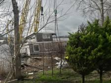 'Reddingsoperatie' Bossche woonboot kost meer tijd: 'Nagaan of eventueel lek is te repareren'