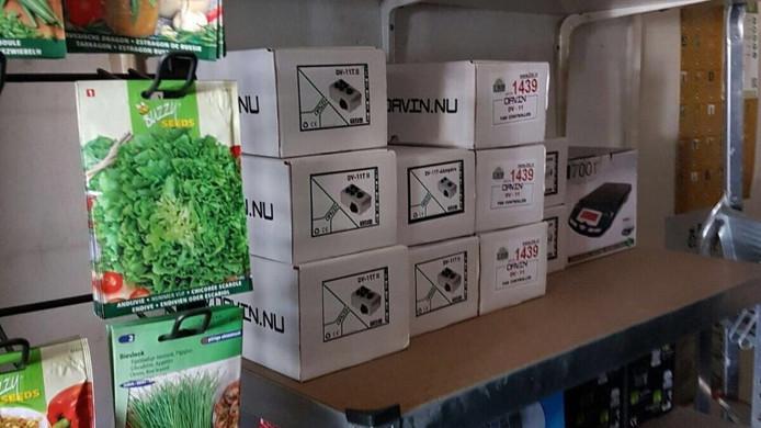 In een bedrijfspand aan de Bellinistraat in Eindhoven nam de politie een groot aantal goederen in beslag.