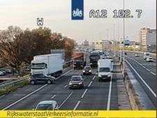 Vrachtwagen raakt auto op A12 bij Veenendaal