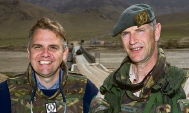 Civiel vertegenwoordiger Jennes de Mol (l) leidt samen met generaal Kees van den Heuvel (r) de Task Force Uruzgan. (FOTO HENRY WESTENDORP, AVDD) Beeld