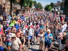 Nachtelijk dorpsfeest in Slijk-Ewijk vóór doorkomst Vierdaagse