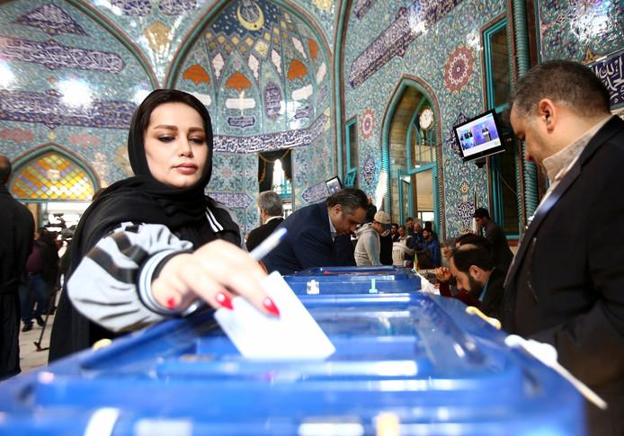 Een vrouw stemt vanochtend in Teheran.