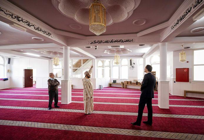De Al Islam moskee in Den Haag is al maanden dicht. Hier krijgt premier Rutte een rondleiding tijdens de ramadan.