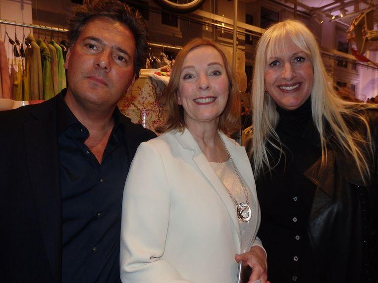 Het team van concept store art space X Bank. Curator Gijs Stork, general manager Nicolette Meijer en curator Mariette Hoitink. Beeld Schuim