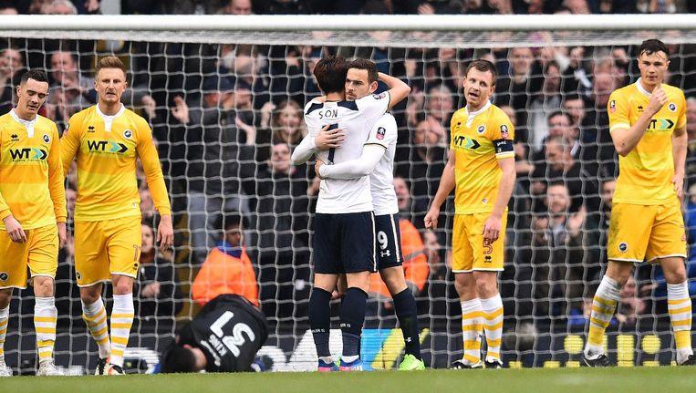 Nederlander Vincent Janssen van Tottenham Hotspur viert met teamgenoot Son Heung-Min dat hij zijn ploeg op een 5-0 voorsprong heeft gezet tegen Millwall. Beeld afp
