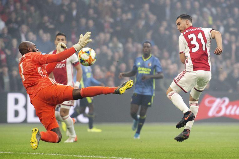 Nico Tagliafico van Ajax scoort de 2-0. keeper Kenneth Vermeer van Feyenoord is kansloos. Beeld ANP