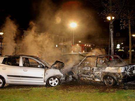 VIDEO: Vier auto's uitgebrand aan Julianastraat in Schijndel