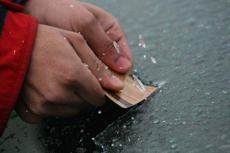 Heb je geen ijskrabber bij de hand? Gebruik dan een cd-doosje, een bankkaart of plastic klantenkaart van de supermarkt.