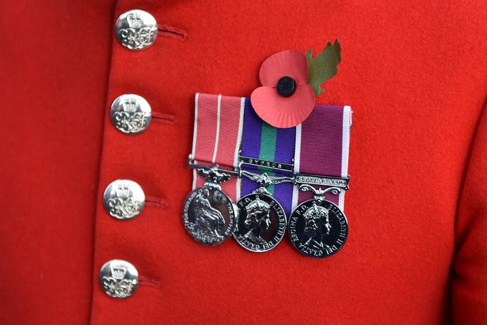 Een poppy op het uniform van een Britse militair.